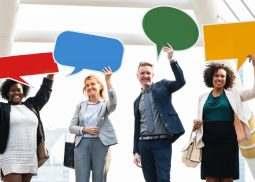 Zdjęcie przedstawia osoby oróżnych stylach komunikacyjnych