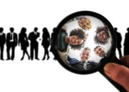 Zdjęcie przedstawia zadowolonych klientów, takjakby byli obsłużeni przezosoby, które ukończyły nasze szkolenie zprofesjonalnej obsługi klienta